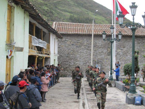 Izamiento de las banderas de Perú y de Chungui