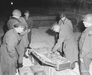 El General Dwight Eisenhower inspeccionando el tesoro en la Cueva de Merkers.