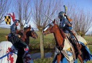 Caballeros medievales pelean con la derecha