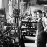 Un joven Adi Dassler en su taller.