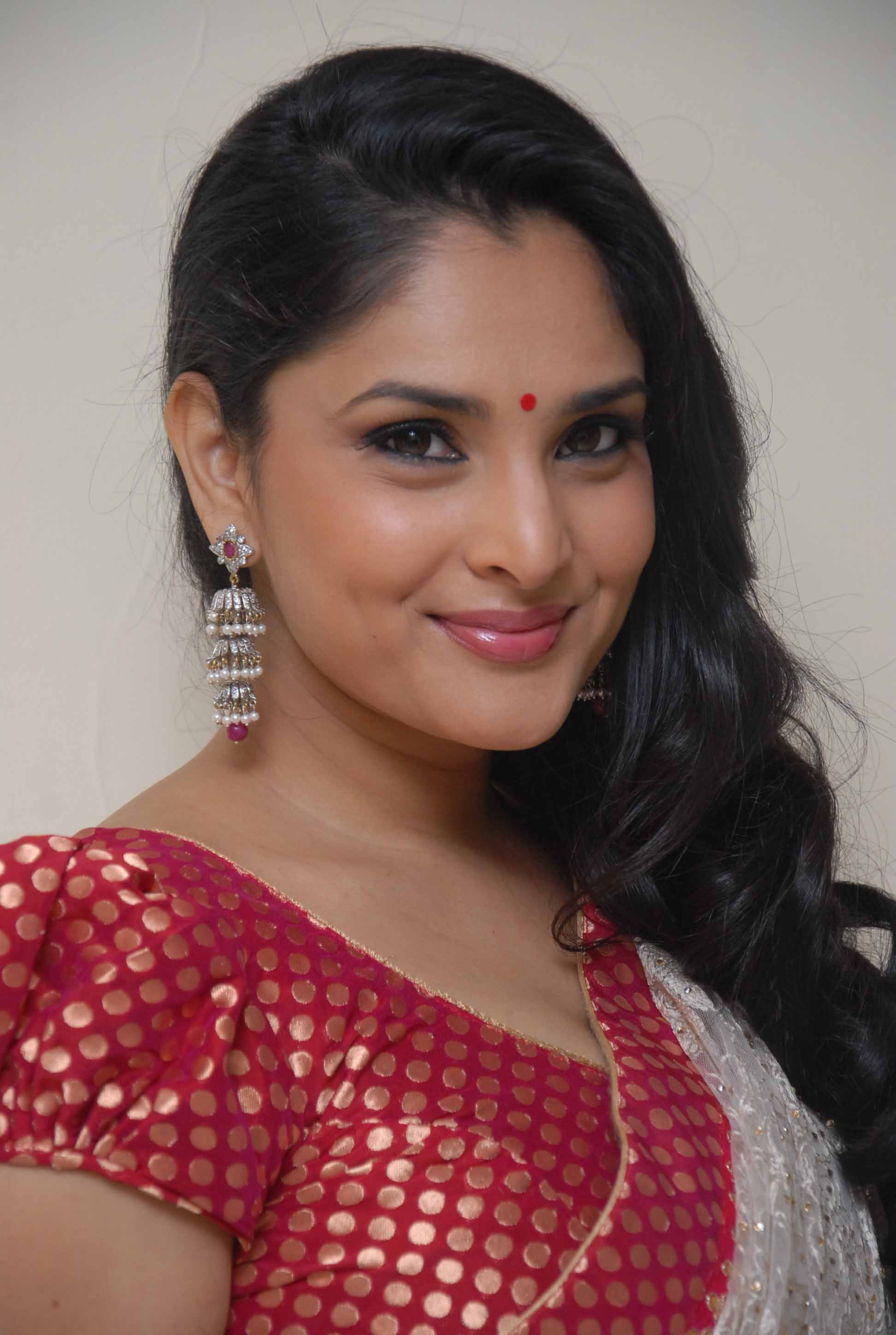 Ramya Nambeesan Cute Wallpapers Very Cute And Pretty Photos Of Actress Ramya Divya