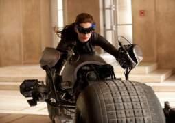 Anne Hathaway es Catwoman.