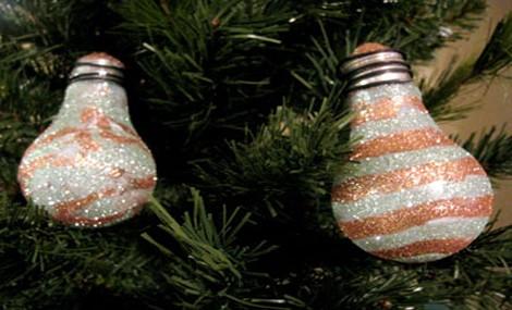 Prendi una vecchia lampadina e…trasformala in una eco-decorazione per Natale!