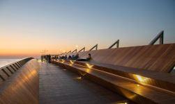 Frassino americano termicamente modificato per la nuova attrazione costiera a Izmir firmata Evren Başbuğ Architects