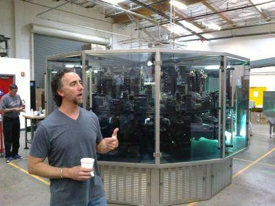 ... tenhle chlapík zde ale figuruje. Je to šéf této výrobní linky na bidony. Linky, která dle jeho slov vyprodukuje ročně nejvíce papundelkových láhví na světě ...