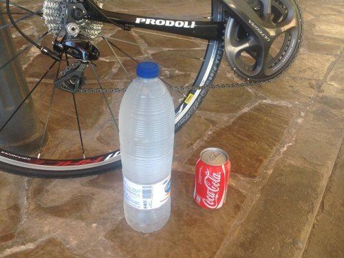 Agua sin gas a k tomu jedna Cola Loca :) ... žízeň je veliká, život mi zde lépe utíká....