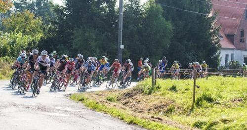 ... velká skupina se držela celý závod spolu ...