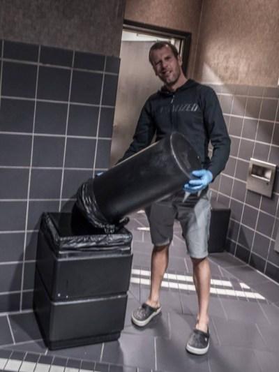 ... zkouším tedy vzít práci na veřejnejch záchodcích ...