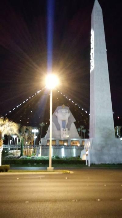... teď pro změnu v Egyptě, Sfinga a vedle ní jeden ze sloupů z chrámu v Karnaku ...