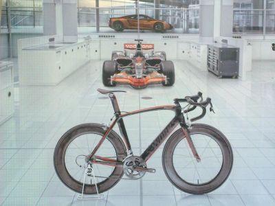 ... ale my víme, že v tomto případě se jednalo o následovníka tohoto modelu. Spolupráce s McLaren je cítit na více místech ...
