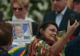 Mulher que fez selfie no velório de Eduardo Campos vira piada na web