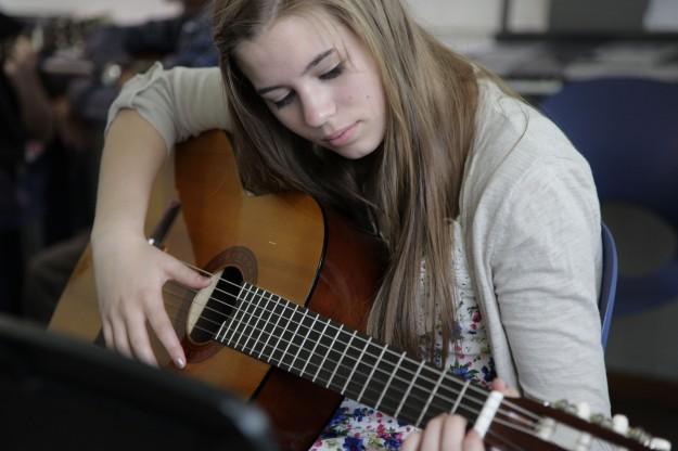 ISBerne_Online_School_Student_Girl_Guitar_6784-625x416[1]