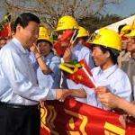 Visiting Chinese Vice President Xi Jinping (L, front) shakes hands with a worker during the ground-breaking ceremony for the Montego Bay Convention Center,