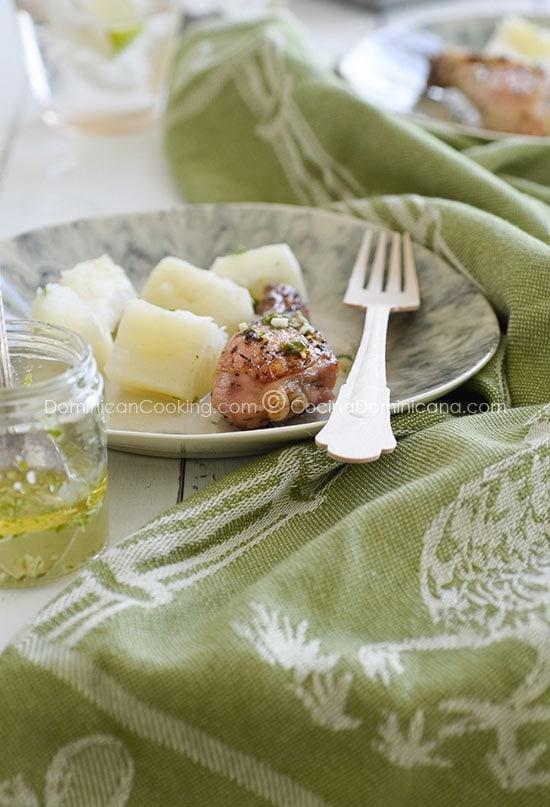 Pollo con wasakaka (Roasted chicken with garlic sauce)
