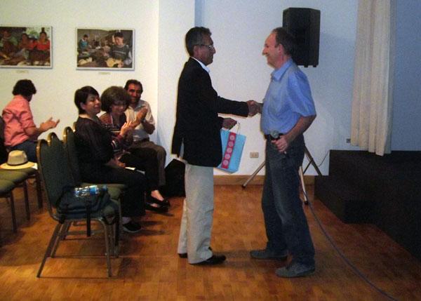 Eduardo Contreras recibe un presente como reconocimiento a su labor y compromiso con COEECI.