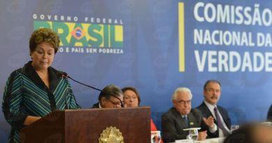 By: Antonio Cruz/Agência Brasil A presidenta Dilma Rousseff se emociona ao receber o relatório final dos trabalhos da Comissão Nacional da Verdade http://www.ebc.com.br/cidadania/galeria/imagens/2014/12/dilma-rousseff-recebe-relatorio-final-da-comissao-nacional-da