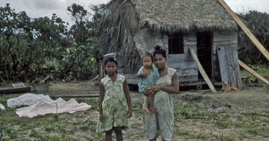 Family_of_Miskito_people_along_the_Prinzapolka_river,_Nicaragua_-_c._1957–1961 (1)