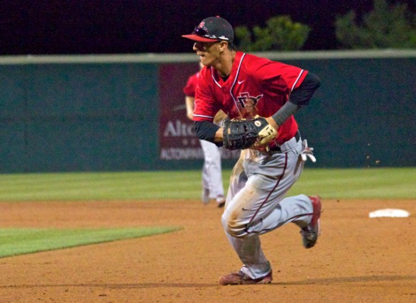 Steven Pallares hustles to first base. (Photo: Shotgun Spratling)