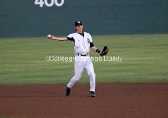 Jeff McNeil throws to first.