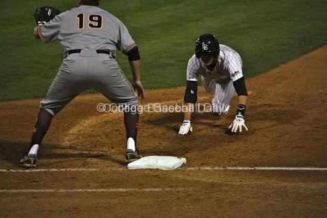 Jeff McNeil dives back into first base.
