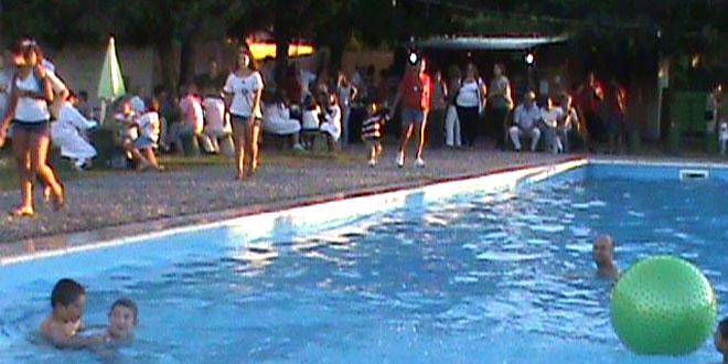 Artesano inaugur su piscina en un marco de mucha for Piscinas insolitas
