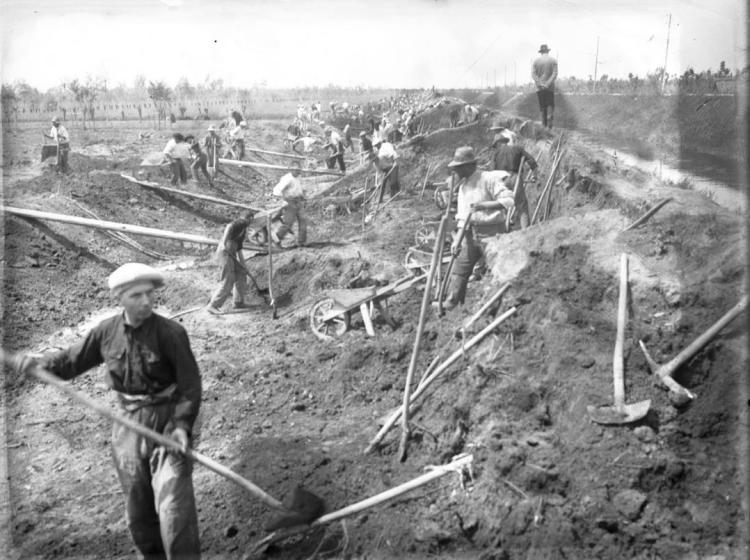 Scarriolanti impiegati durante lavori di ricostruzione arginale, 1927 - Consorzio di Bonifica Adige-Euganeo.