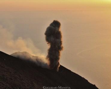 Una classica esplosione che contraddistingue i crateri dello Stromboli, caratterizzata dal lancio di materiale incandescente (bombe, scorie e lapilli) e accompagnata dal'emissione di cenere scura . (foto di Guglielmo Manitta)