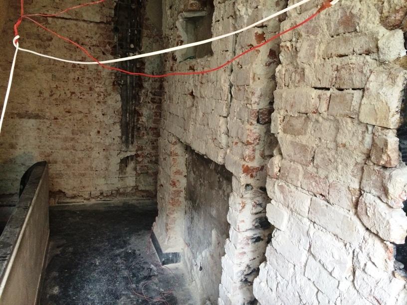 Slituri in zidurile unei case din centru, S+P+2E