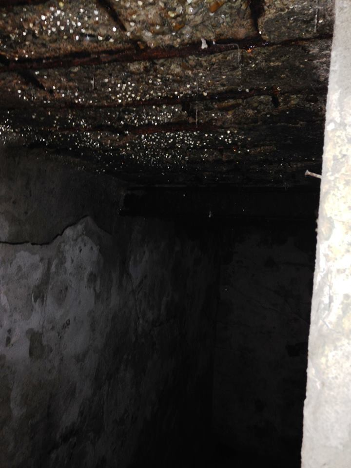 Planseul peste subsol la o casa, complet degradat