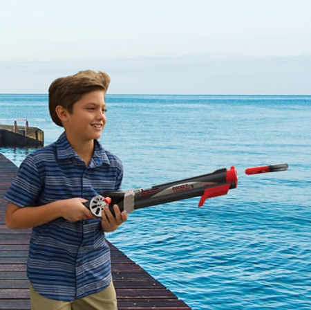 Child s self casting fishing rod makes things easy peasy for Cool fishing gadgets