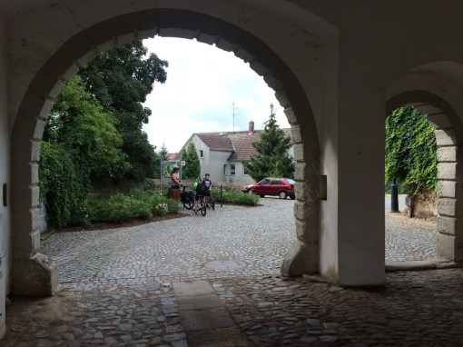 Blick aus dem Eingangsportal der Burg Strehla