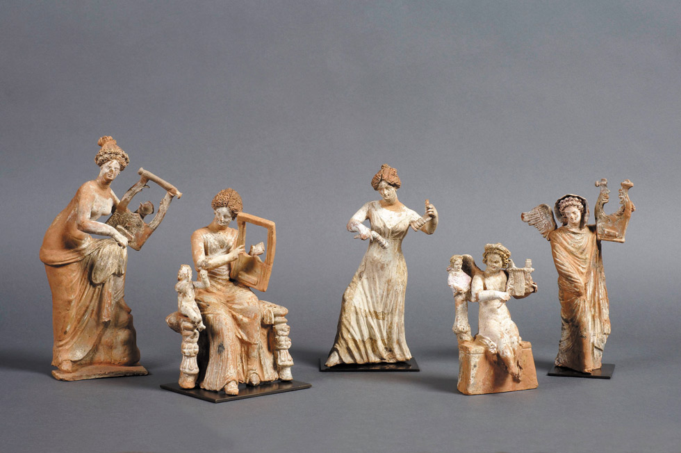 Grupo de figurillas conocido como «Concierto de Egina», Siglo iii a. C. Arcilla pintada. Musée du Louvre. © RMN-Grand Palais, Musée du Louvre. Foto: © Anne Chauvet
