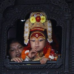 Kumari, la dea bambina Infanzia rubata in Nepal