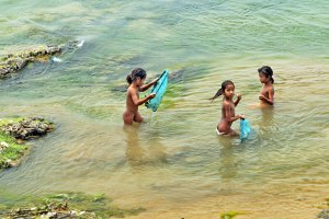Girls-Fish-in-Mekong-Ban-Xiangdi-4000-Islands