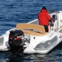 Disoccupato romano ruba un gommone e sbarca a Lampedusa: vince vitto, alloggio e 800 euro al mese