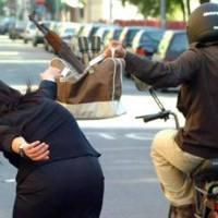 Napoli: terrorista cerca di fare un attentato ma gli rubano Kalashnikov e bombe a mano
