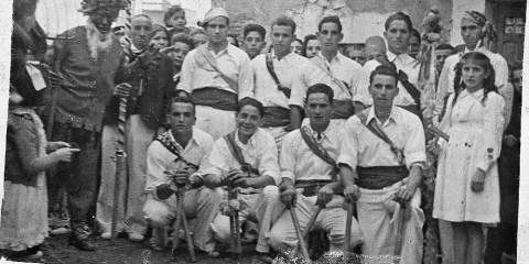 1949. Posando, grupo de paloteadores, el angel y diablo.