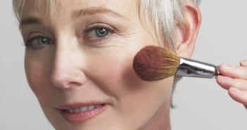 o-older-woman-putting-on-makeup-1