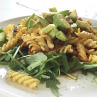 Lauwarmer Nudelsalat mit Möhrchen, Kichererbsen und Avocado
