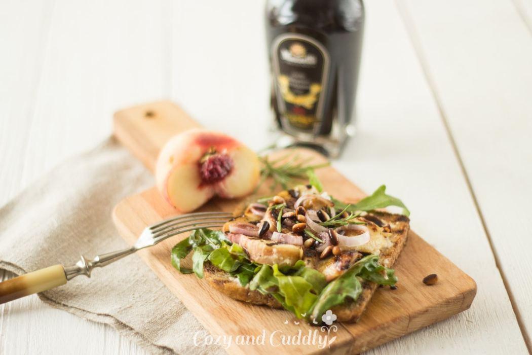 Pfirsich-Balsamico-Toasts mit Cashewfrischkäse und l´Mazetti (vegan)