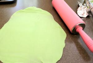 vulcan din plastilina care erupe - experiment stiintific pentru copii - pasul 2