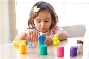 copii care se joaca cu plastilina - jucarii creative pentru care copilul tau iti va fi recunoscator