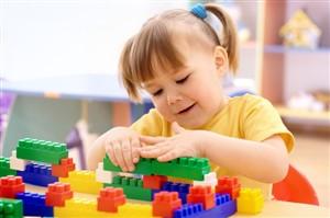 copil care se joaca cu piese de constructie lego - jucarii creative pentru care copilul tau iti va fi recunoscator