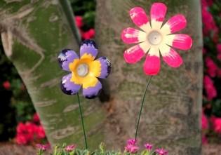 Flori multicolore din sticle de plastic reciclate