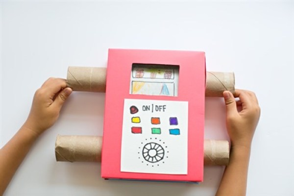 televizor de carton la care sunt transmise in direct creatiile copilului tau