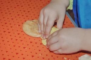 reteta de plastilina facuta in casa impreuna cu copiii - pasul 3 (300 x 199)