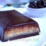 Turrón de yogur griego vegano con frutos secos y cobertura de chocolate