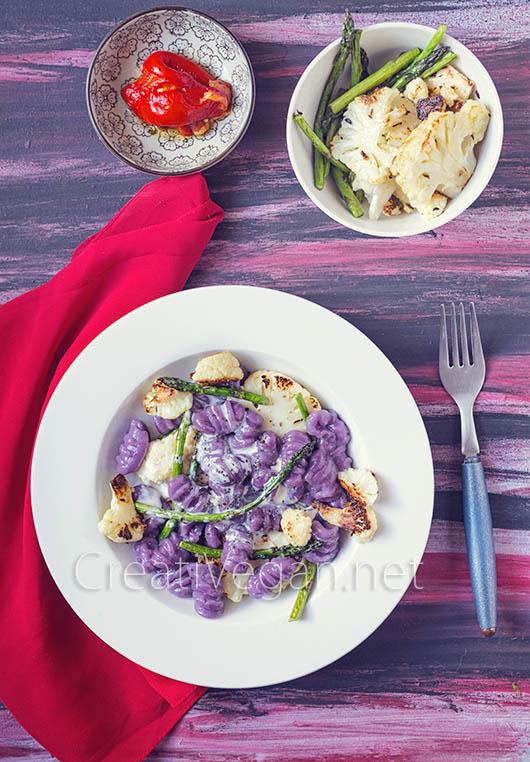 Gnocchi-mochi de boniato morado con coliflor crujiente y espárragos trigueros - CreatiVegan.net