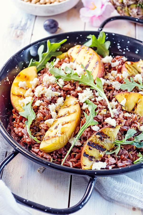 Ensalada de arroz con okara, rúcula y nectarinas al grill - CreatiVegan.net