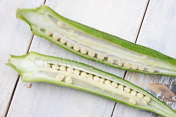 Okra fresca cortada por la mitad